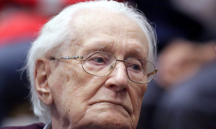 """Oskar Groening, defendant and former Nazi SS officer dubbed the """"bookkeeper of Auschwitz,"""" is pictured in the courtroom during his trial in Lueneburg, Germany, July 15, 2015. (Reuters/Axel Heimken/Pool/File Photo)"""