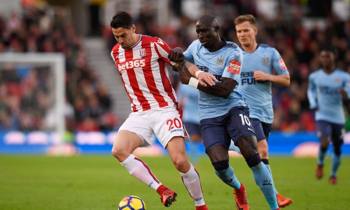 Geoff Cameron of Stoke City and Mohamed Diame of Newcastle United battle for possession during the Premier League match between Stoke City and Newcastle United at Bet365 Stadium in Stoke-on-Trent, England on Jan. 1, 2018. (Stu Forster/Getty Images)