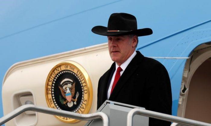 Interior Secretary Ryan Zinke steps from Air Force One as U.S. President Donald Trump arrives in Salt Lake City, Utah, U.S., Dec. 4, 2017. (Reuters/Kevin Lamarque)