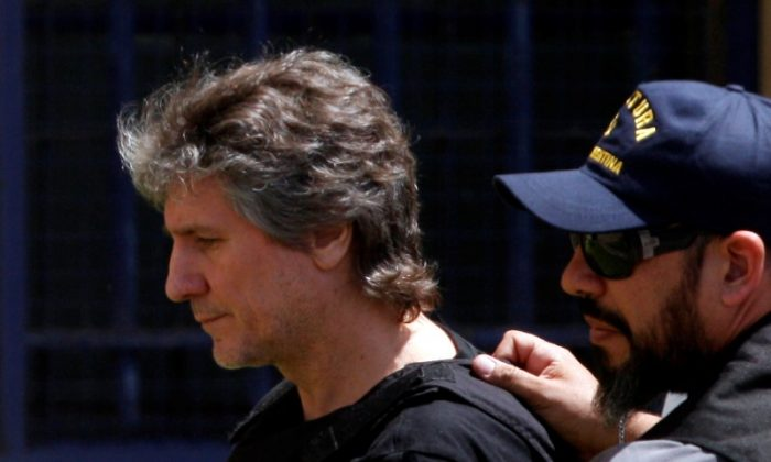 Former Argentine Vice President Amado Boudou is escorted by a member of Argentina's Coastguards as he arrives to a Federal Justice building in Buenos Aires, Argentina Nov. 3, 2017. (Reuters/Martin Acosta)