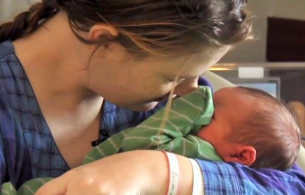 Brylye Jones melahirkan bayi saat mandi