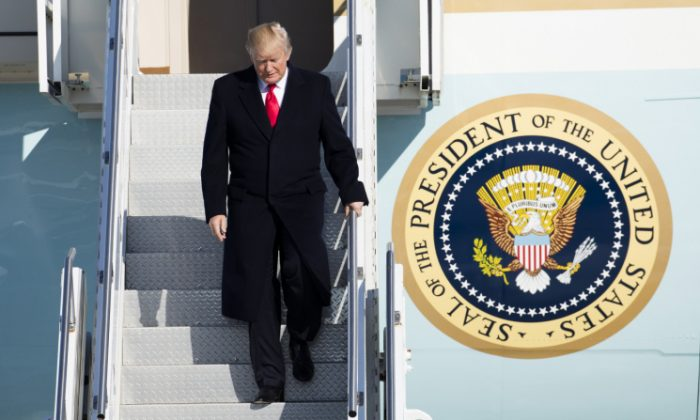 President Donald Trump arrives aboard Air Force One at Pittsburgh International Airport in Coraopolis, Penn., on Jan. 18, 2018. (Samira Bouaou/The Epoch Times)