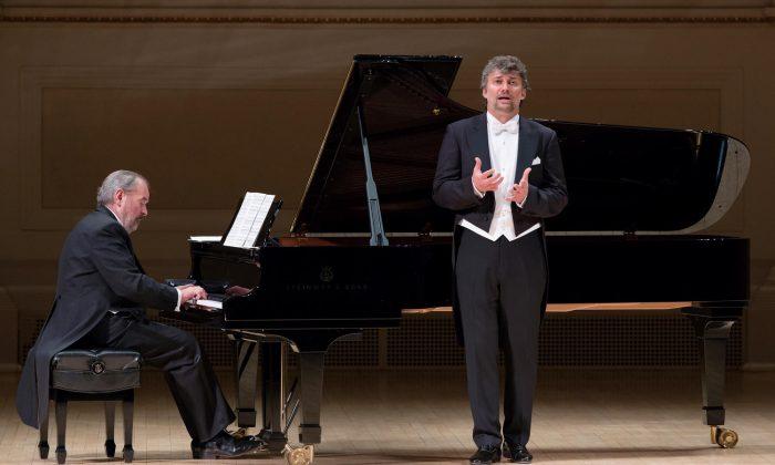 """(L–R) Pianist Helmut Deutsch and tenor Jonas Kaufmann perform Franz Schubert's """"Die schöne Müllerin,"""" on Jan. 20 at Isaac Stern Auditorium in Carnegie Hall.  (Jennifer Taylor)"""