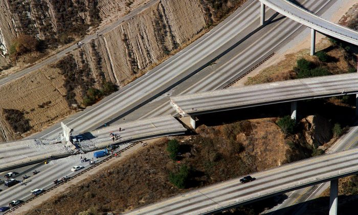 Aerial view of wrecked cars litter the connector ramp from Interstate 5 to Highway 14 following the Northridge earthquake on Jan. 17, 1994, in Northridge, California. (Carlos Schiebeck/AFP/Getty Images)