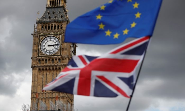 The Union Flag and a European Union flag fly near the Elizabeth Tower, housing the Big Ben bell in Parliament Square in central London, Britain September 9, 2017.   (Reuters/Tolga Akmen)