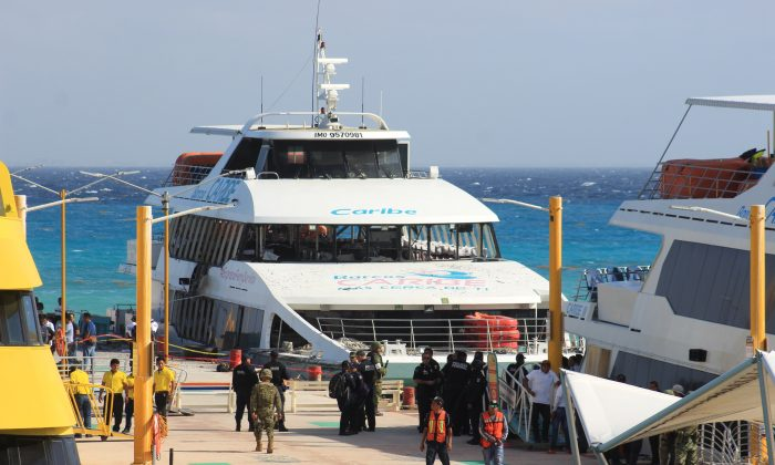 Federal police officers and soldiers arrive at the dock where an explosion occurred on a ferry in Playa del Carmen, Mexico, on Feb. 21, 2018.  (STR/AFP/Getty Images)