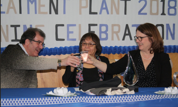 (L-R) Bob Nault, MP for Kenora, Lorraine Crane, the chief of Slate Falls, and Jane Philpott, Canada's minister of Indigenous services, make a toast with cups filled with water from a new water treatment facility built to serve members of the Slate Falls First Nations community. (Courtesy of the office of Bob Nault)