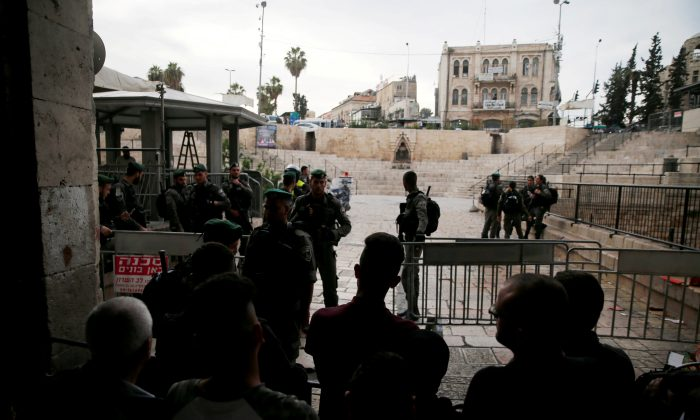 Israeli security forces block Damascus Gate, one of the entrances to Jerusalem's Old City, after a stabbing attack in which an Israeli was wounded, Israeli police said, inside Jerusalem's Old City, March 18, 2018. (Reuters/Ammar Awad)