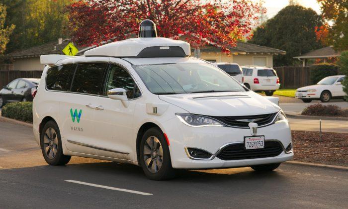 Self-driving tech company Waymo tests a Chrysler Pacifica Hybrid minivan in Los Altos, California, on Nov. 19, 2017. (Dllu/Public domain)