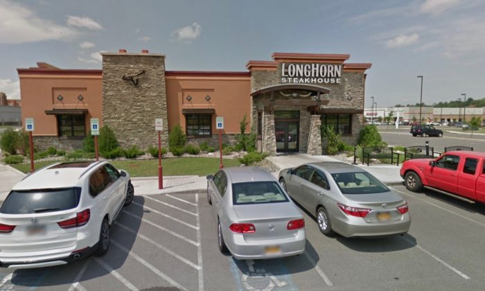 The LongHorn Steakhouse restaurant where Gregory Kiernan purportedly snatched a woman's purse before being chased down, in Camillus, NY. (Screenshot via Google Maps)