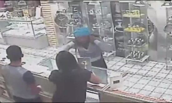 Thief Runs out of Jewelry Store With Gold Chain