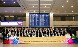 Shen Yun Greeted by Excited Fans at South Korean Airport