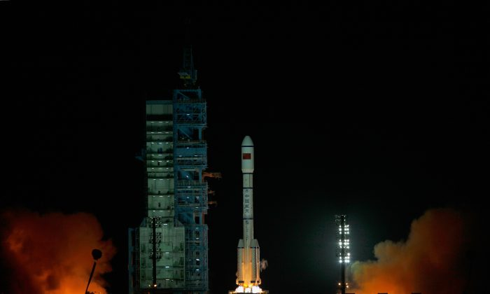 A Long March 2F rocket carrying the country's first space laboratory module Tiangong-1 lifts off from the Jiuquan Satellite Launch Center on September 29, 2011 in Jiuquan, Gansu province of China. (Photo by Lintao Zhang/Getty Images)