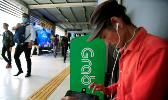 Indonesia Says Go-Jek, Grab Need to Register as Transport Businesses