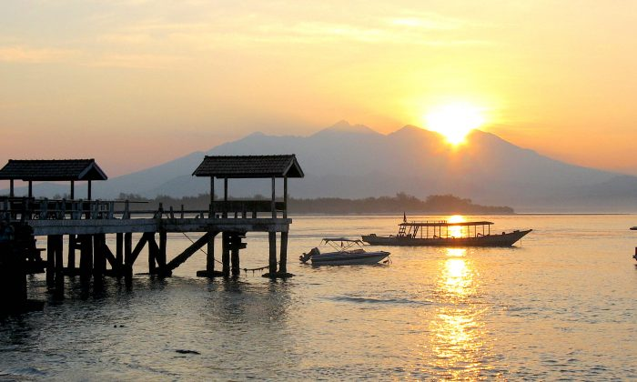 Sunrise on Gili Trawangan with a view of Mount Rinjani, an active volcano on Lombok Island, Indonesia. (Fotoherby/Wikimedia Commons)