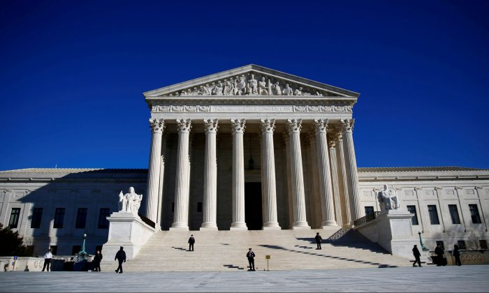 Police officers stand in front of the U.S. Supreme Court in Washington on Jan. 19, 2018. (Reuters/Eric Thayer/File Photo)