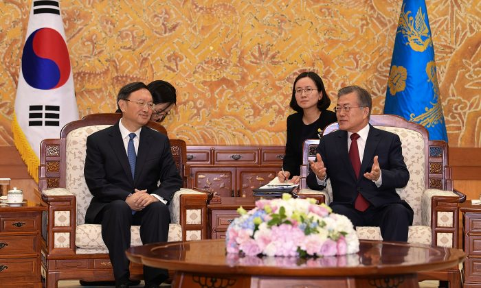 South Korean President Moon Jae-In (R) talks with Chinese diplomat Yang Jiechi at the Presidential Blue House in Seoul, South Korea on March 30, 2018. (Kim Min-Hee-Pool/Getty Images)