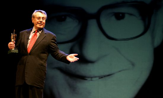 Czech director Milos Forman talks after being presented with the 'Giraldillo' award for his life-long career achievements at Sevilla Festival Film in Seville, Spain November 6, 2004. (Reuters/Marcelo Del Pozo/File photo)