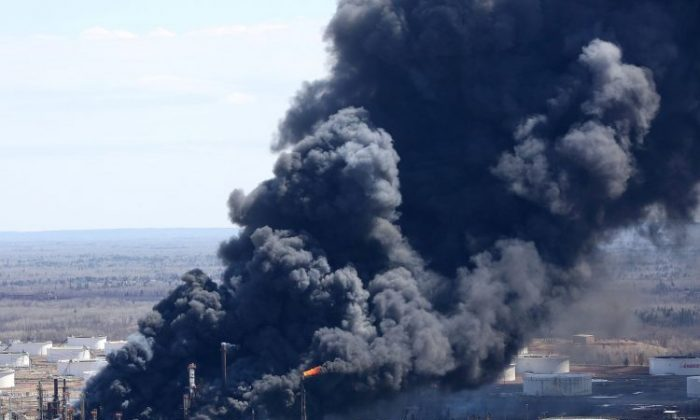 Smoke from Wisconsin oil refinery explosion shows up on radar