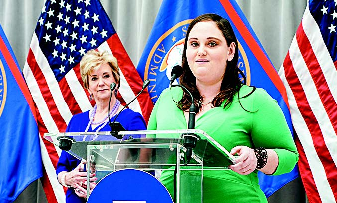 Rebecca Fyffe from Illinois receives the Small Business Person of the Year award in Washington on Apr. 30. (COURTESY OF THE SBA)