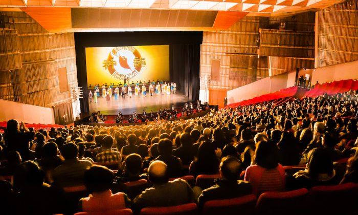 Shen Yun International Company's curtain call at the Taipei Sun Yat-sen Memorial Hall, on Feb. 28, 2018. (Chen Po-chou/The Epoch Times)