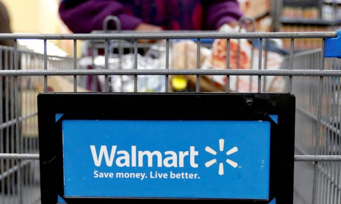 FILE PHOTO: A customer pushes a shopping cart at a Walmart store in Chicago, Illinois, on Nov. 23, 2016. (REUTERS/Kamil Krzaczynski/File Photo)