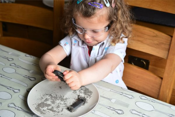 Meet the 3 year old girl doing science experiments on youtube freya mason performs an experiment with a magnetswns m4hsunfo