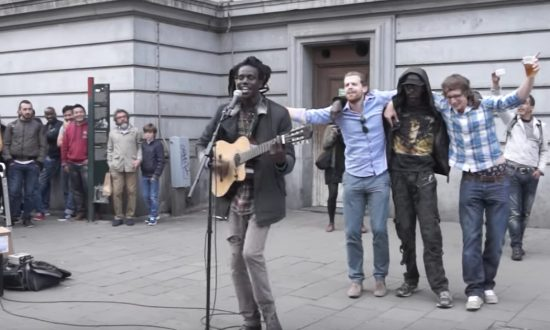 Street performer's Bob Marley cover is so much fun—he has the whole crowd singing & dancing along