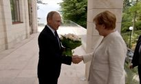 Putin Greets Merkel With White Rose Bouquet in Sochi