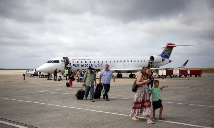 Passengers alight from a South African Airways at George Airport in the Western Cape, South Africa. Dec. 14, 2017. Picture taken December 14, 2017. (REUTERS/Siphiwe Sibeko)