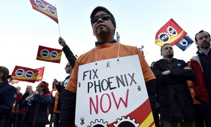 Public servants protest over problems with the Phoenix pay system outside the Office of the Prime Minister and Privy Council in Ottawa on Oct. 12, 2017. (The Canadian Press/Justin Tang)