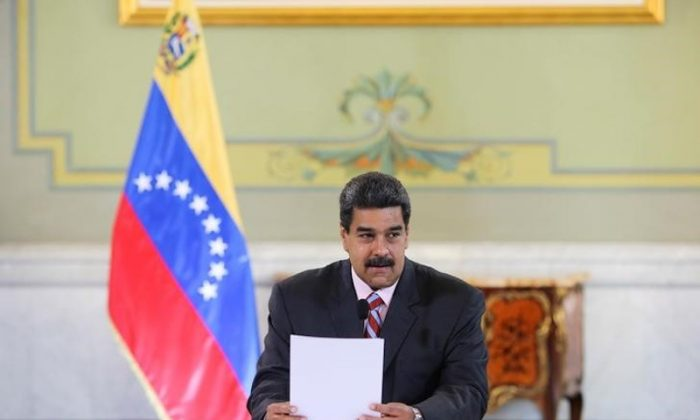 Venezuela's President Nicolas Maduro attends a meeting with banks and financial institutions representatives at Miraflores Palace in Caracas, Venezuela May 29, 2018. (Miraflores Palace/Handout via REUTERS)