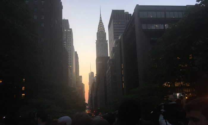New Yorkers gather to view Manhattanhenge from 42nd Street on May 29, 2018. (The Epoch Times)