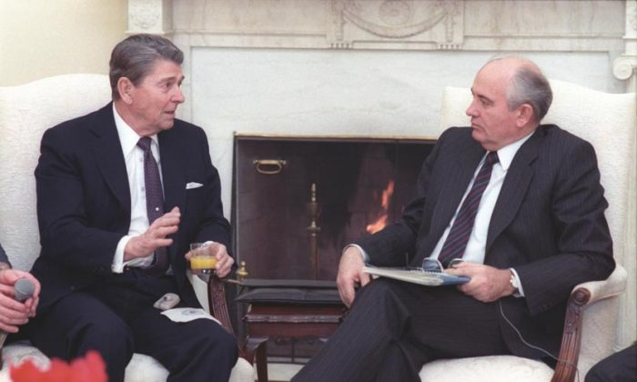 President Reagan (L) and Soviet General Secretary Gorbachev at their first meeting in the oval office on Dec. 8, 1987. (U.S. Government)