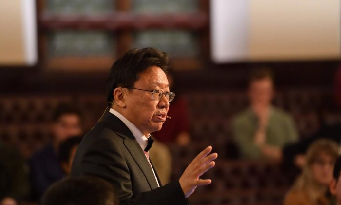 Mr. Chen Pokong gives a speech at the University of Cambridge. (Photo courtesy of the author)