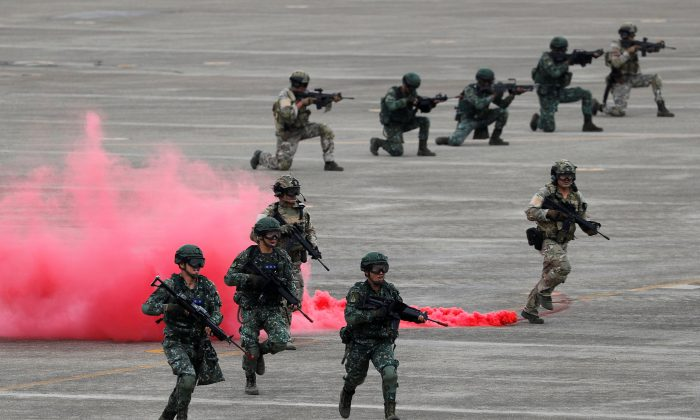 Soldiers takes part in Han Kuang military drill simulating the China's People's Liberation Army (PLA) invading the island, at Ching Chuan Kang Air Base, in Taichung, Taiwan, on June 7, 2018. (Tyrone Siu/Reuters)