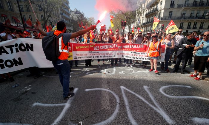 French state-owned railway company SNCF workers attend a demonstration against the French government's reform plans in Paris as part of a national day of protest, France, April 19, 2018. (Reuters/Philippe Wojazer/File Photo)