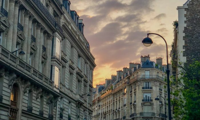 Sunrise over the streets of Paris, near the Eiffel Tower. (Annie Zhuo/The Epoch Times)