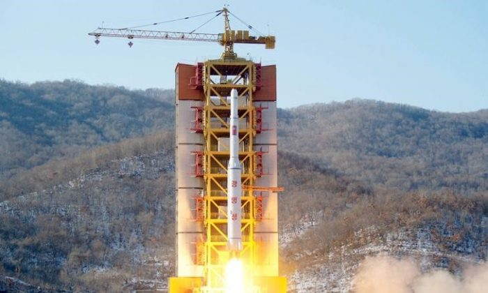 Un razzo nord-coreano a lungo raggio viene lanciato in aria nel sito di lancio Sohae, in Corea del Nord, 7 febbraio 2016. Credits to: REUTERS/Kyodo.