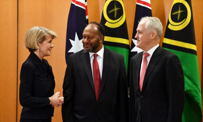 Australian Foreign Minister Julie Bishop speaks to Vanuatu Prime Minister Charlot Salwai and Australian Prime Minister Malcolm Turnbull before a bilateral meeting at Parliament House in Canberra, Australia, June 25, 2018. (AAP Image/Mick Tsikas/via Reuters)