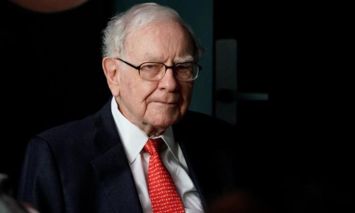 Warren Buffett, CEO of Berkshire Hathaway Inc, pauses while playing bridge as part of the company annual meeting weekend in Omaha, Nebraska on May 6, 2018. (REUTERS/Rick Wilking)