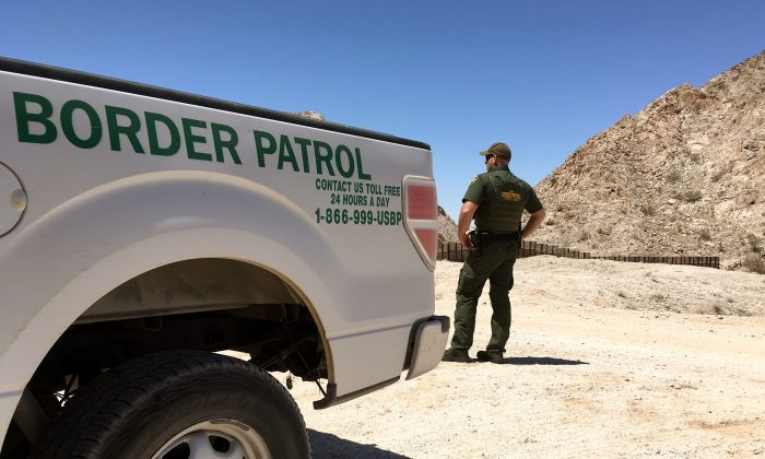 A Border Patrol agent in the desert near Yuma, Ariz., by the U.S.-Mexico border on May 25, 2018. (Charlotte Cuthbertson/The Epoch Times)