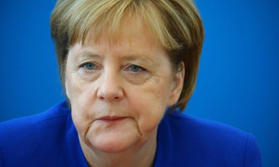 Chaos in Merkel's Coalition After Seehofer Dangles Resignation