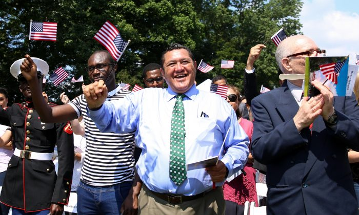 New Zealander Bert Todd (C) celebrates as he becomes a naturalization American citizen at Gen. George Washington's historic home in Mount Vernon, Va., on July 4, 2018. (Samira Bouaou/The Epoch Times)