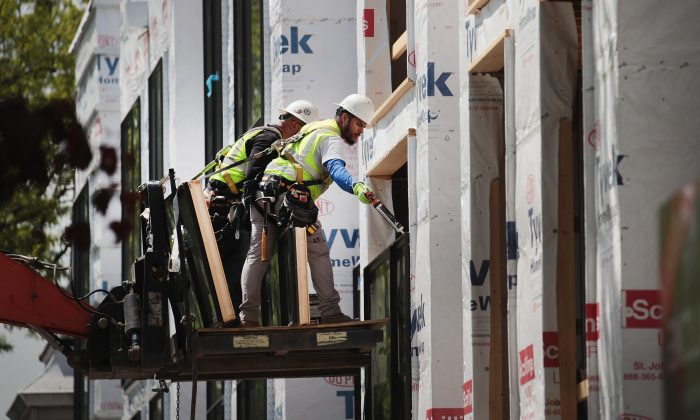 Workers install windows in a townhome complex under construction in Chicago, Ill., on May 15, 2017. (Scott Olson/Getty Images)