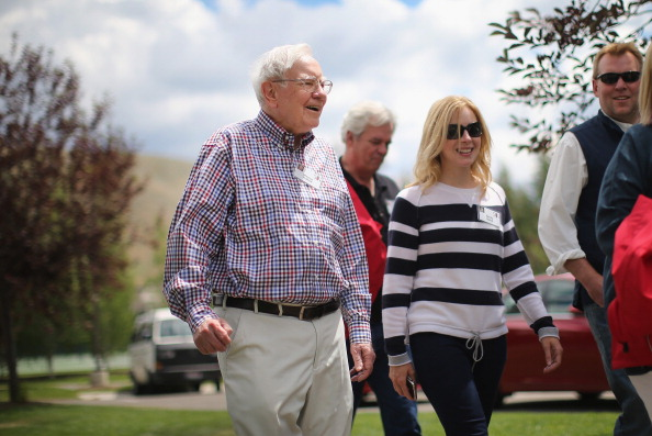 Warren Buffett (L), chairman of Berkshire Hathaway Inc., chats with other guests at the Allen & Company Sun Valley Conference at the Sun Valley Resort on July 12, 2014 in Sun Valley, Idaho. (Photo by Scott Olson/Getty Images)