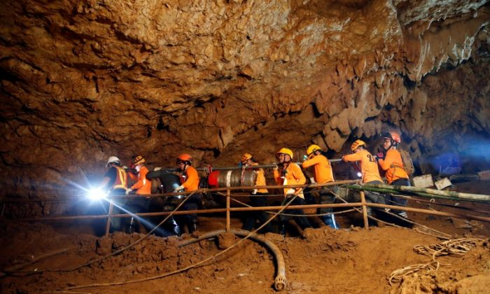 Rescue workers take out machines after 12 soccer players and their coach were rescued in Tham Luang cave complex in the northern province of Chiang Rai, Thailand, July 10, 2018. (Reuters/Soe Zeya Tun)