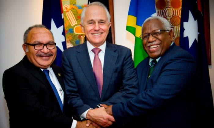 Australian Prime Minister Malcolm Turnbull poses for a photograph with Papua New Guinea Prime Minister Peter O'Neill (L) and Solomon Islands Prime Minister Rick Houenipwela (R) at the Brisbane Commonwealth Parliamentary Office in Brisbane, Australia, on July 11, 2018. (Patrick Hamilton/Reuters)