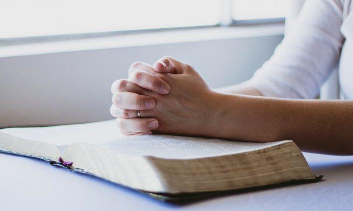 Woman praying (pixabay)