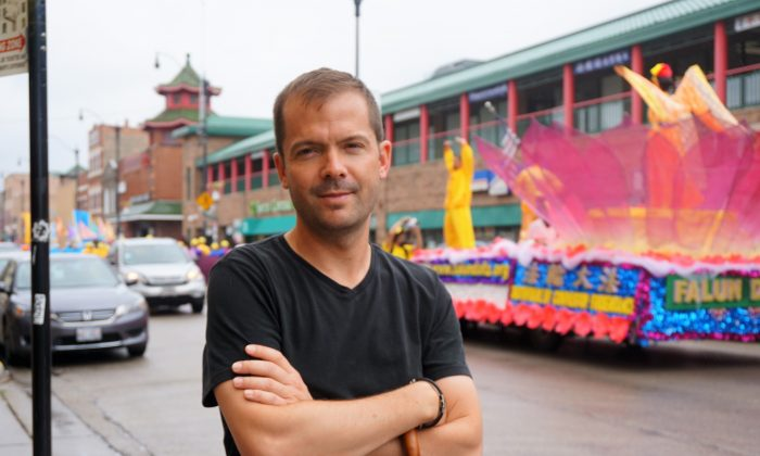 Christopher Stoltez caught the Falun Dafa parade as it passed along Wentworth Avenue in Chicago's Chinatown on July 21. (Stacey Tang/The Epoch Times)